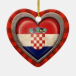 Corazón croata envejecido de la bandera con los ra ornamento de reyes magos
