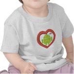 Corazón de Droid del insecto (amor) torta del rosa Camisetas