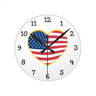 Corazón de la bandera de los E.E.U.U. Reloj Redondo Mediano