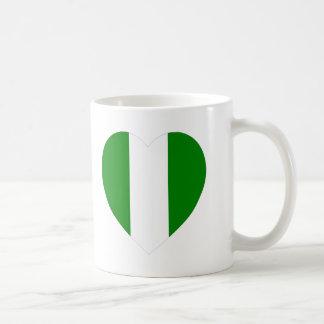 Corazón de la bandera de Nigeria Tazas