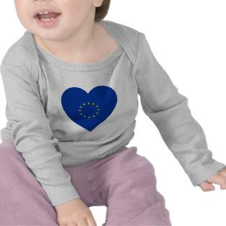 Corazón de la bandera de unión europea camisetas