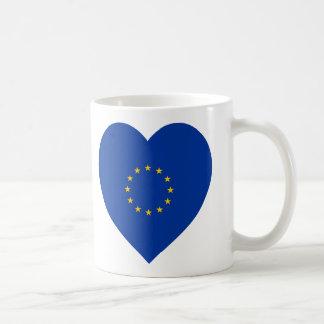 Corazón de la bandera de unión europea tazas
