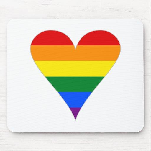 Corazón de la bandera del orgullo gay enrrollado - tapete de raton