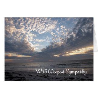Corazón de la condolencia en las nubes tarjeta de felicitación