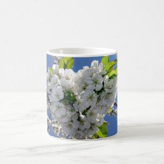 Corazón de la flor de cerezo taza clásica
