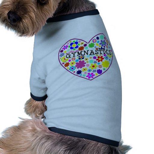Corazón de la gimnasia con las flores camiseta con mangas para perro