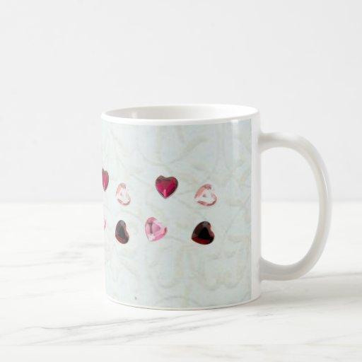 Corazón de la joya en la taza floral blanca