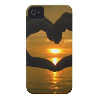 Corazón de la mano sobre puesta del sol iPhone 4 protector