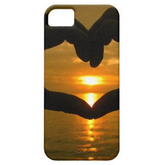 Corazón de la mano sobre puesta del sol iPhone 5 funda
