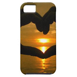Corazón de la mano sobre puesta del sol iPhone 5 fundas