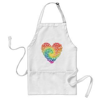 Corazón de la paz del arco iris delantal