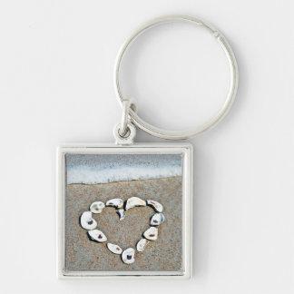 Corazón de la playa en diseño romántico de los Sea Llavero Cuadrado Plateado