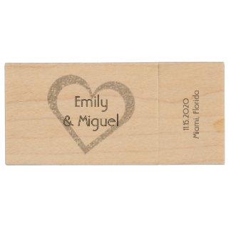 Corazón de madera de la pizarra que casa memoria USB de madera