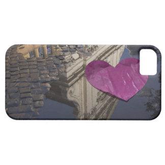 Corazón de papel solo que flota en un charco iPhone 5 carcasas