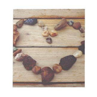 Corazón de piedra del amor en la madera de Brown Bloc De Notas