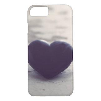 Corazón de piedra púrpura solo en una playa de funda iPhone 7