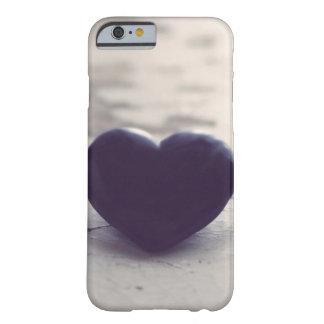 Corazón de piedra púrpura solo en una playa de funda para iPhone 6 barely there