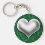 Corazón de plata hinchado en verde llavero