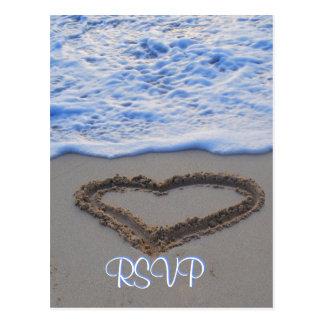 Corazón de RSVP en arena en la playa Tarjetas Postales