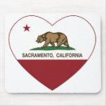 corazón de Sacramento de la bandera de California Tapete De Ratón