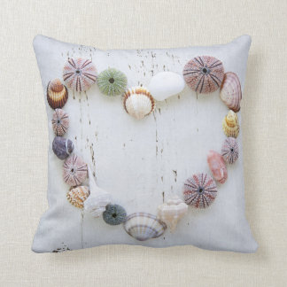 Corazón de seashells y de rocas almohadas