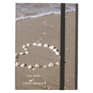 Corazón de Shell en la playa arenosa