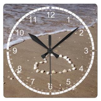 Corazón de Shell en la playa de la arena Reloj Cuadrado
