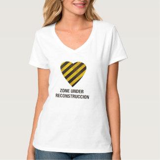 Corazón debajo de la camiseta de la reconstrucción remera