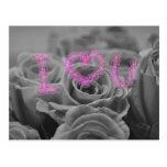 Corazón del amor con los rosas postales