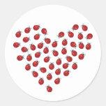 Corazón del amor de la mariquita pegatinas redondas