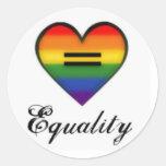 Corazón del arco iris de la igualdad del orgullo pegatina redonda