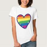 Corazón del arco iris del orgullo gay de la remeras