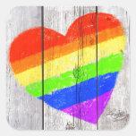 Corazón del arco iris en un panel de madera sucio pegatina cuadrada