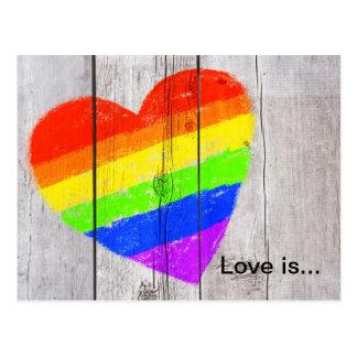 Corazón del arco iris en un panel de madera sucio postal