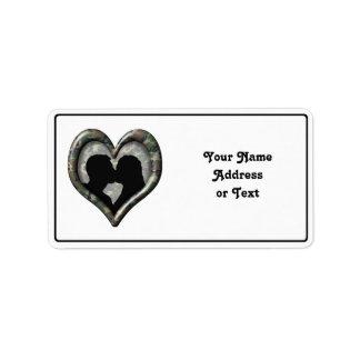 Corazón del camuflaje con los pares que se besan etiquetas de dirección