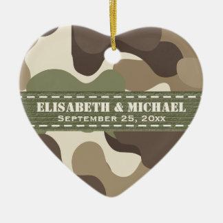 Corazón del camuflaje personalizado casando el adorno navideño de cerámica en forma de corazón