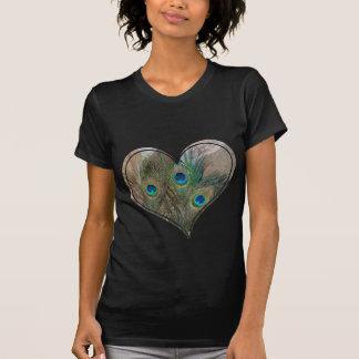 Corazón del doble de la pluma del pavo real camisetas