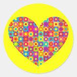 Corazón del flower power pegatina redonda