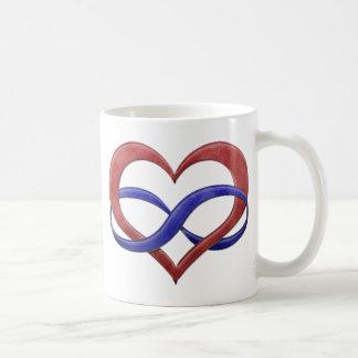 Corazón del infinito del orgullo de Polyamorous Taza Clásica