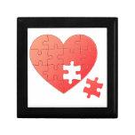 Corazón del rompecabezas con el pedazo caja de recuerdo