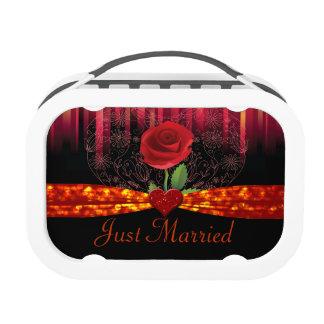 Corazón del rosa rojo y el casarse florales de las