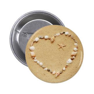 Corazón del Seashell con las estrellas de mar Pin Redondo De 2 Pulgadas