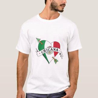 Corazón del tatuaje de Chicana con la bandera Playera