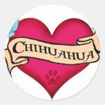 Corazón del tatuaje de la chihuahua pegatina redonda