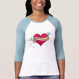 Corazón del tatuaje de Rottweiler Camiseta