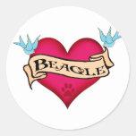 Corazón del tatuaje del beagle pegatina redonda