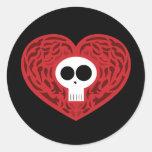 Corazón del tatuaje del cráneo etiqueta redonda
