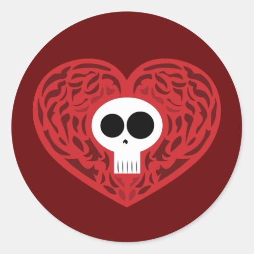 Corazón del tatuaje del cráneo pegatina redonda