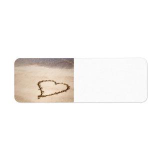 Corazón dibujado en arena en la playa - plantilla  etiqueta de remite