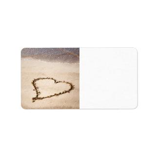 Corazón dibujado en arena en la playa - plantilla  etiqueta de dirección